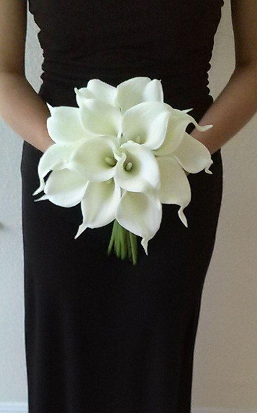 Un ramo con calla lilies causara un hermoso contraste con el vestido de tus damas de honor.