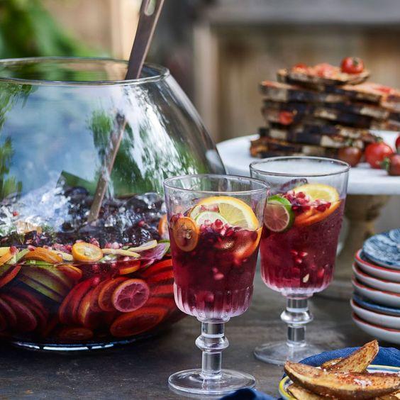 La sangría es una bebida española por excelencia. Siempre se adapta al paladar de quien la prepara, si bien nadie discute que sus ingredientes básicos son el vino y las pulpas de diversos frutos.