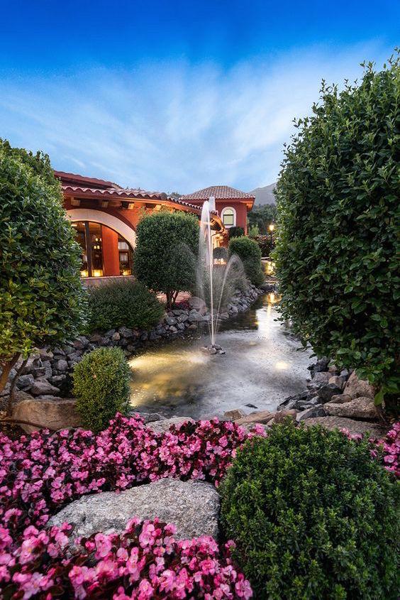 Vistas a las sierras de Madrid desde los hermosos jardines de la Hacienda Jacarandá.