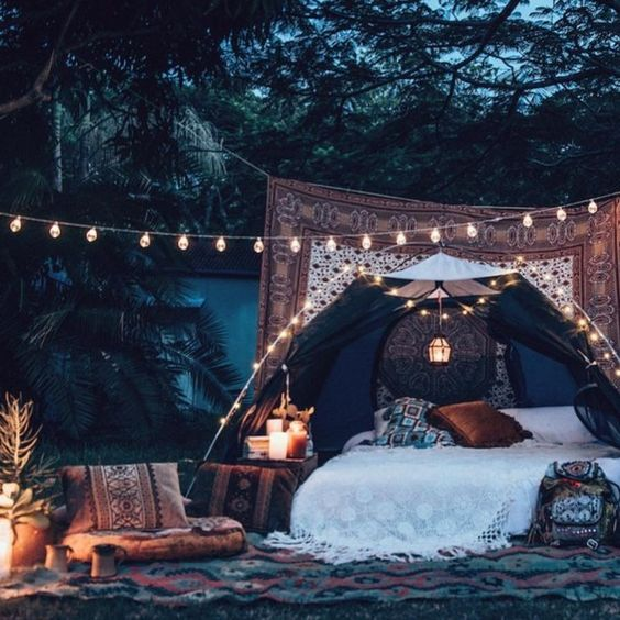 Bring the furniture outdoor to create unique and original areas for your guests to enjoy the forest atmosphere. So cozy.