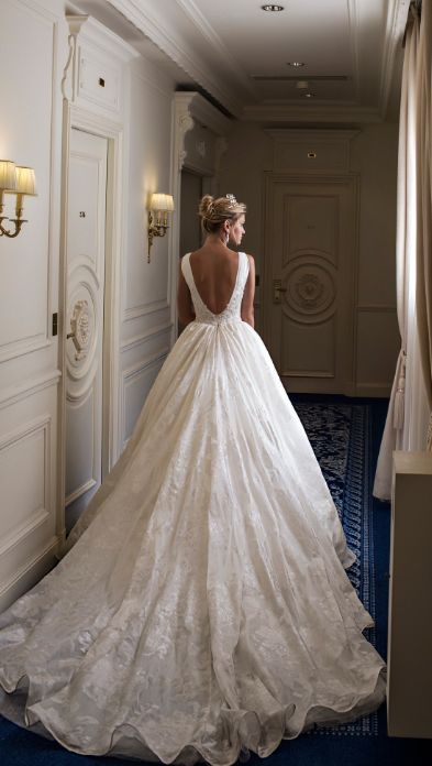 Unique and spectacular wedding dress designs by Alessandra Rinaudo. Bridget.