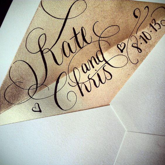 Forro interior del sobre en dorado con caligrafía en color vino.