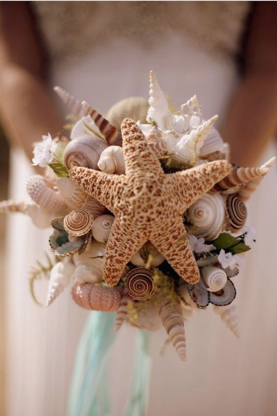 Seashell bouquet for an original beach wedding.