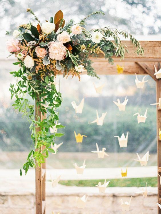 Precioso detalle de flores en este arco para bodas con grullas. Fotografía de bodas: Taylor Lord Photography.
