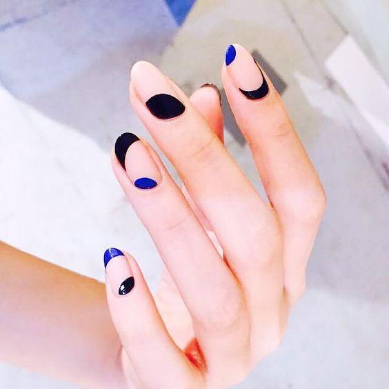 ¡Esto si es arte para uñas! Color blocking, espacios negativos, asimetría en nude, azul intenso y negro.