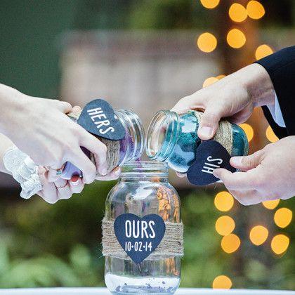 Ideas para la ceremonia de unidad con arena y mason jars. ¿Ya escogiste tus poemas de amor para tu boda?