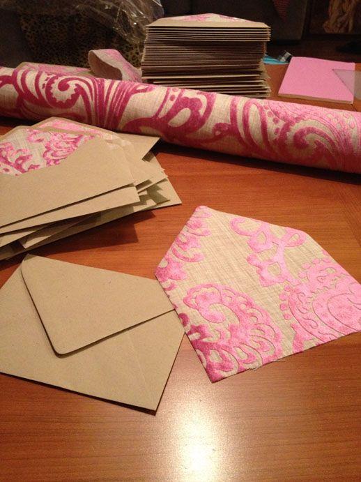 Te contamos como hacer sobres forrados para tus invitaciones de boda paso a paso.
