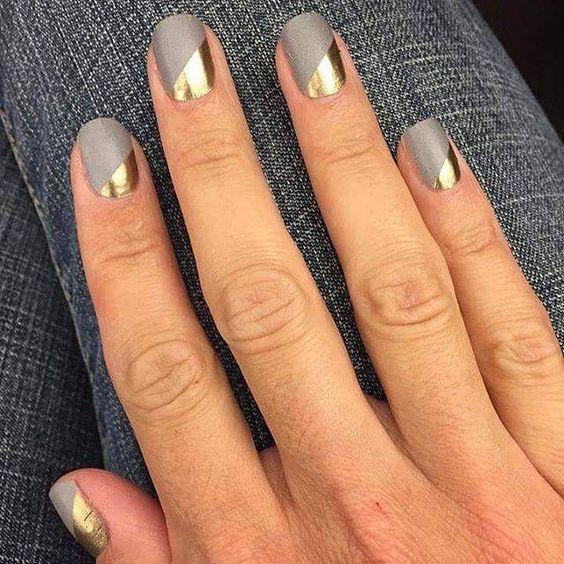 Decoración de uñas bien moderna, mezcla de metalizados, tonos mate neutros y asimetrías.