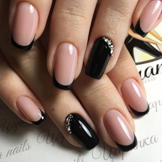 Diseños de uñas para novias en las cutículas en negro con brillos.