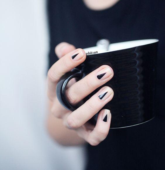 Diseños de uñas para novias con toques de negro. Triángulos en esmalte negro. Nos encanta la geometría.