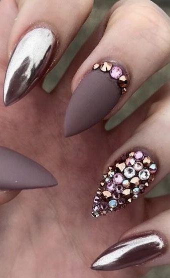 Diseños de uñas para novias con embellished cuticles y strass en 3-D.
