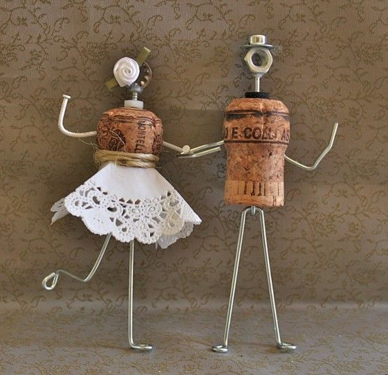 Too cute little cake toppers! A few nails, a small lace napkin, string and two corks and taddaaaaaaaaa!! It's up to you to play, my pretties!