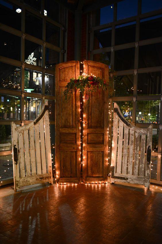 Una puerta vieja, plantas y luces navideñas y puedes armar un fondo soñado para tu ceremonia de bodas. Fotografía de bodas: Life with a View Photography.