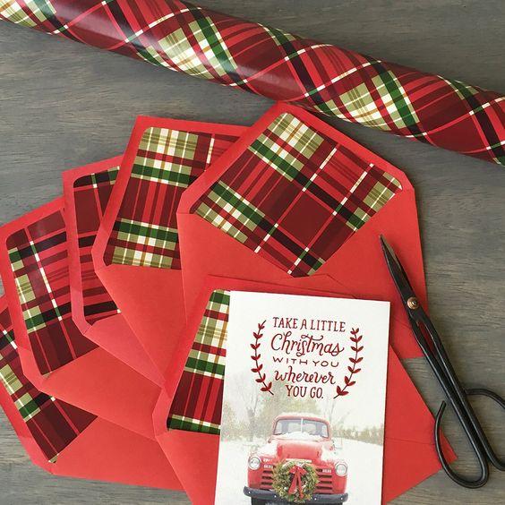 ¡No botes ese envoltorio de regalo! Es genial para forrar los sobres de tus invitaciones de boda. Una sorpresa festiva, original y económica.