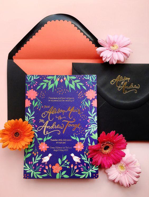 Cuando la invitación lleva mucho detalle es mejor usar un forro simple que realce su belleza. Colorida tarjeta inspirada en el arte Mexicano con ilustraciones florales, detalles en papel picado y foil dorado de BerinMade.