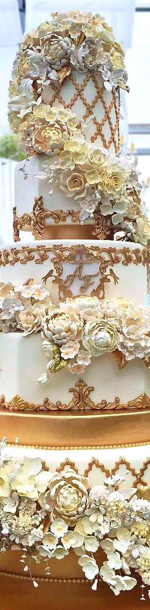 Majestic wedding cake. Discover how to pick the perfect cake flavor.