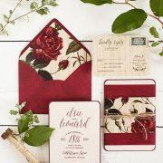 Ideas de sobres forrados para tus invitaciones de boda de invierno en rojo carmín. Soñadas!