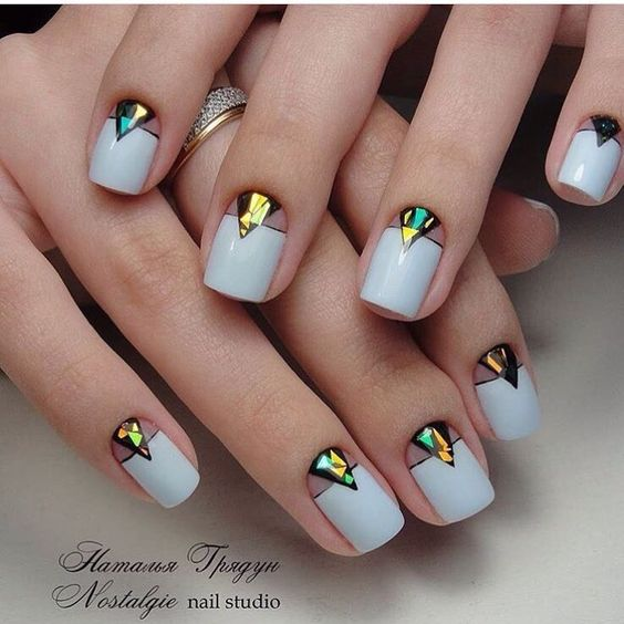 Ideas para manicura francesa reversa con media lunas triangulares estilo vitral.