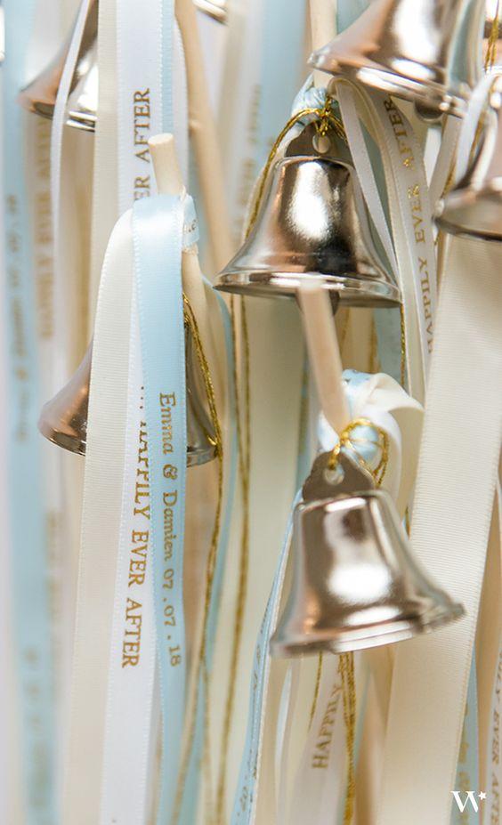 Incluye a tus amigos en tu ceremonia con estas campanitas con cintas. Deja que las hagan sonar al marchar la procesión hacia el altar justo antes del intercambio de votos matrimoniales.