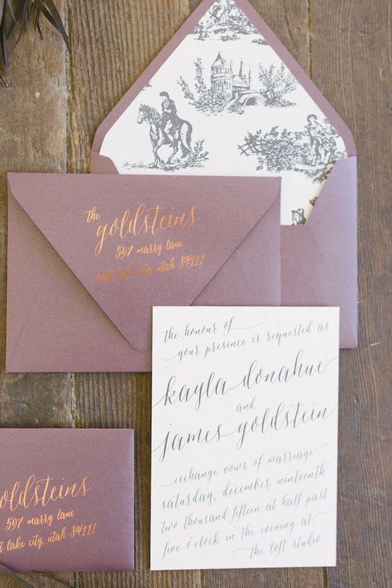 Invitación romántica y elegante con caligrafía y detalles en color cobre y sobres color ciruela inspirados en el toile francés.