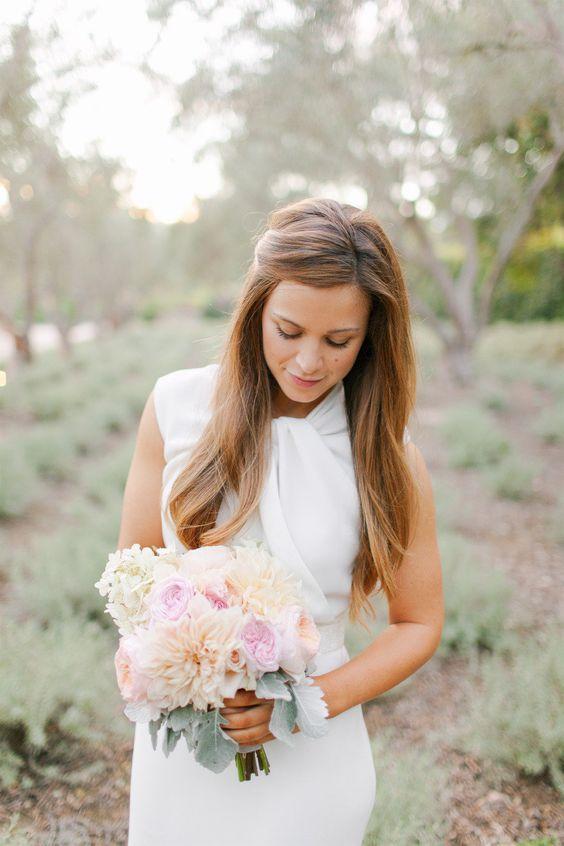 Para evitar cubrir la cara tira unos mechones hacia atrás y luce natural el día de tu boda. Fotografía de bodas: Amanda K Photography.