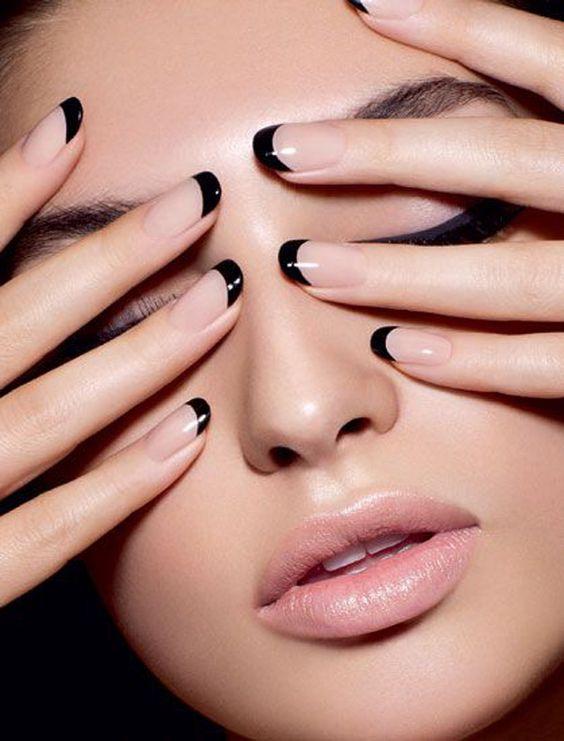 Llama la atención con esta mani francesa con tip en negro! La base en nude y las uñas perfectamente terminadas con esmalte negro que hace la manicuría francesa mas visible que nunca.