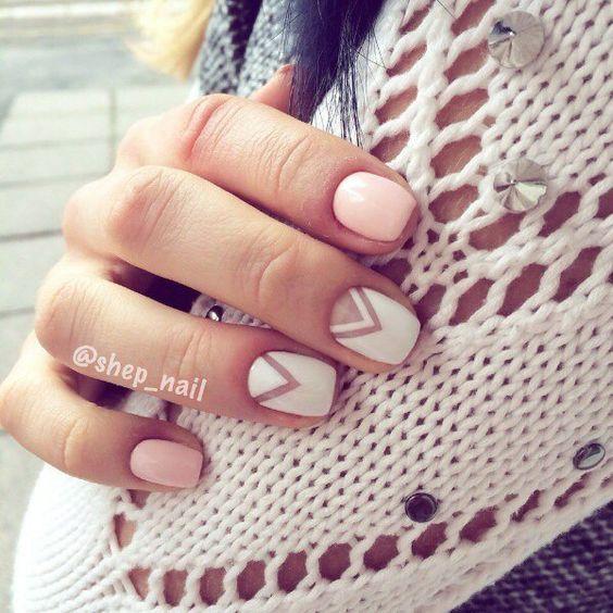 Manicura francesa en reversa con espacios negativos y chevron en rosa y blanco. Uñas geométricas, chic, elegantes y delicadas.