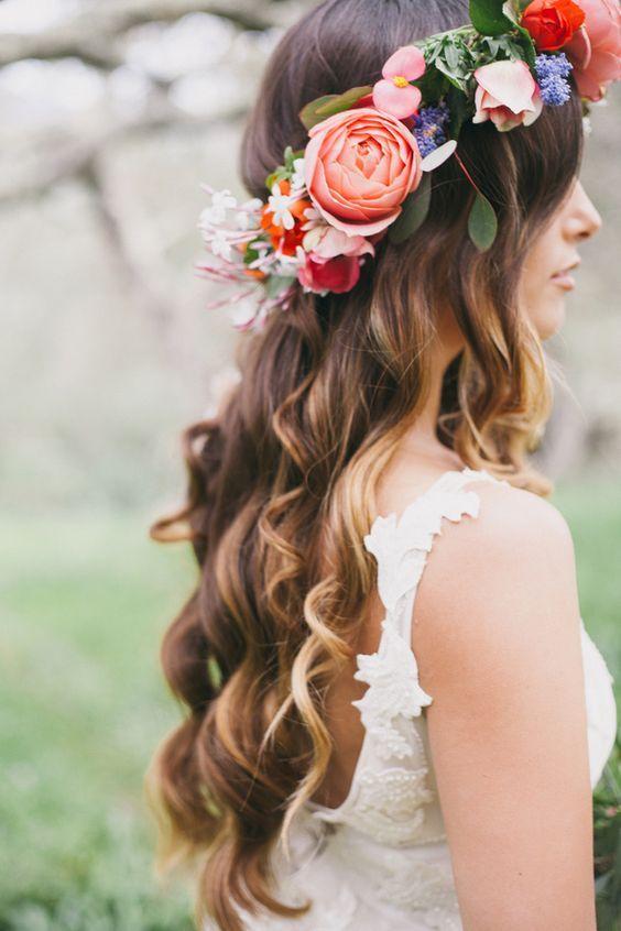 ¿A quien no le gusta una corona de flores? Cada vez mas frecuentes en las bodas, las coronas de flores gritan romance Boho, relajado e inesperado.
