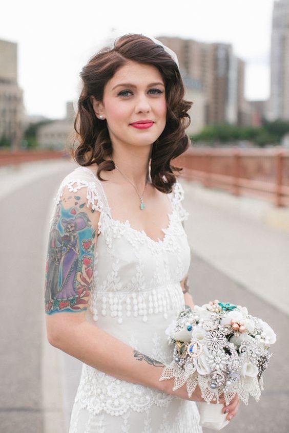 Un poco de glamour vintage en este peinado de boda para cabellos medianos.