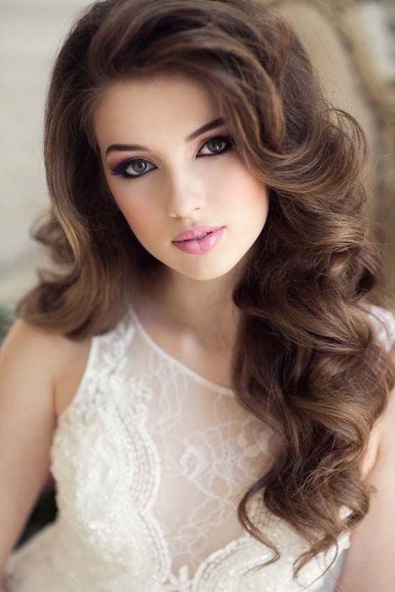 Rulos gigantes enmarcan la cara de esta novia. Peinados cabello suelto.