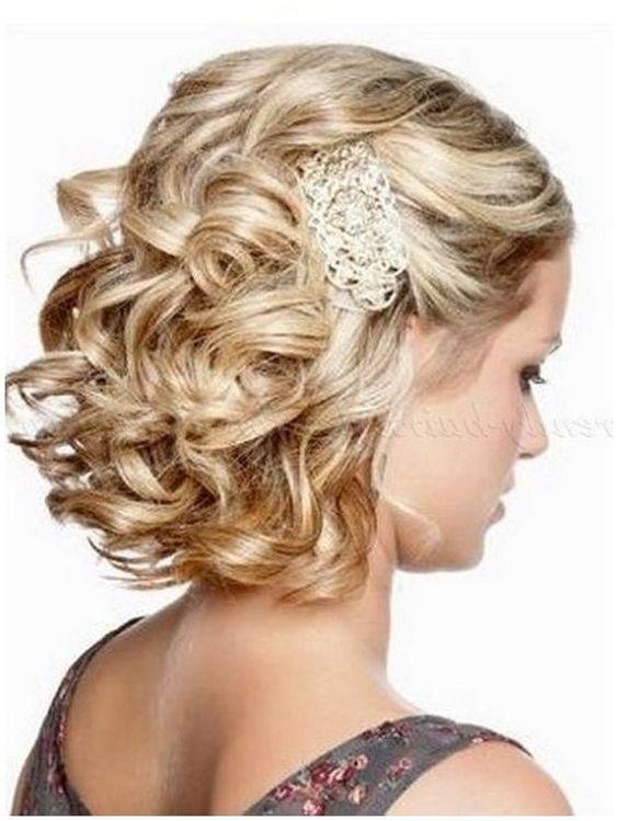 Otra forma de regresar a los clásicos es elegir peinados de novia con pelo suelto rizado retro o vintage.