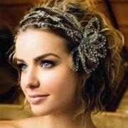 Un estilo retro para el pelo corto con bucles y velo francés. Peinados de novia que te asombrarán.