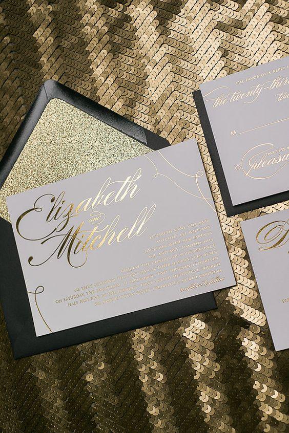 Nada como un toque de dorado para realzar la belleza de unas simples invitaciones con caligrafía al tono.