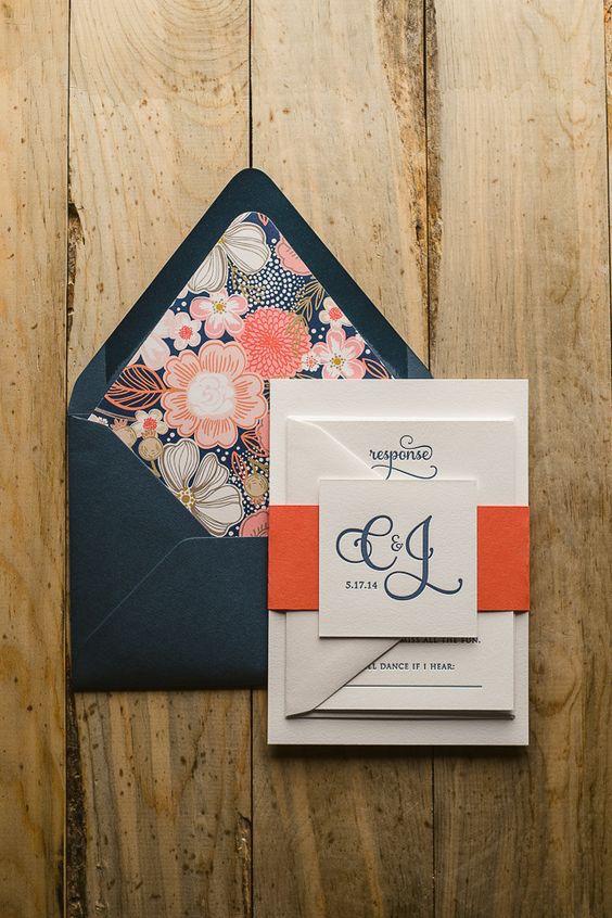 ¿Que opinas de este juego de invitaciones en azul marino y coral en letterpress con sobre forrado con estampado de flores?