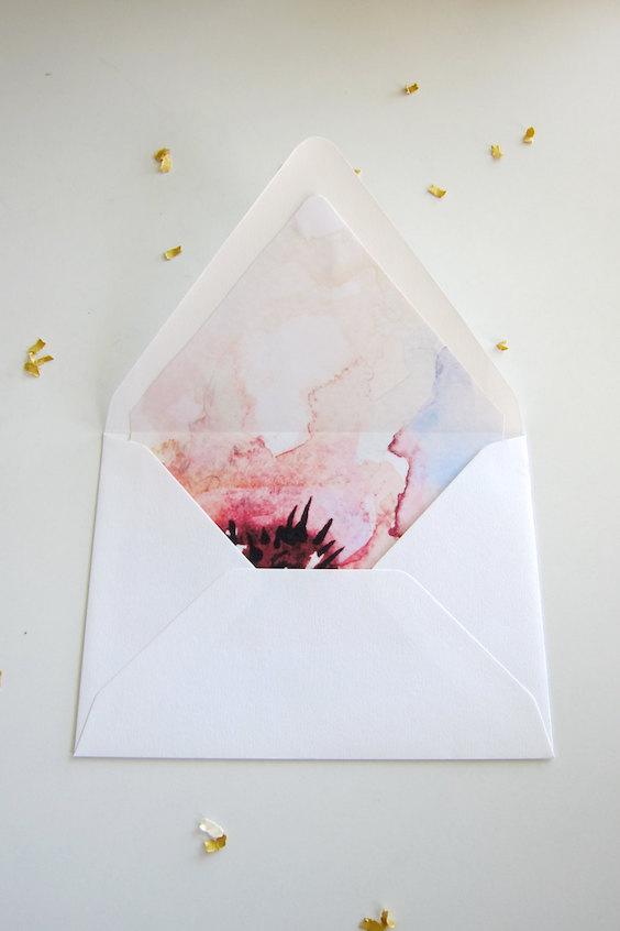 Si quieres que tus tarjetas luzcan alucinantes, no olvides de agregarles unos sobres forrados para tus invitaciones de boda! ¡Sigue el paso a paso!