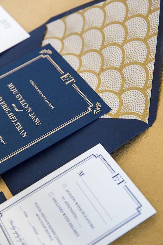Un toque art deco gracias a los sobres forrados. Invitación en azul marino y dorado de Bonomo Paper Co.