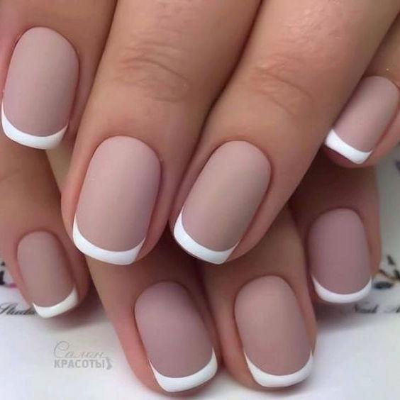 La simplicidad de los neutros y la manicura francesa ha sido siempre una de las elecciones mas tradicionales para las novias. Veamos las tendencias en decoración de uñas para novias 2017.