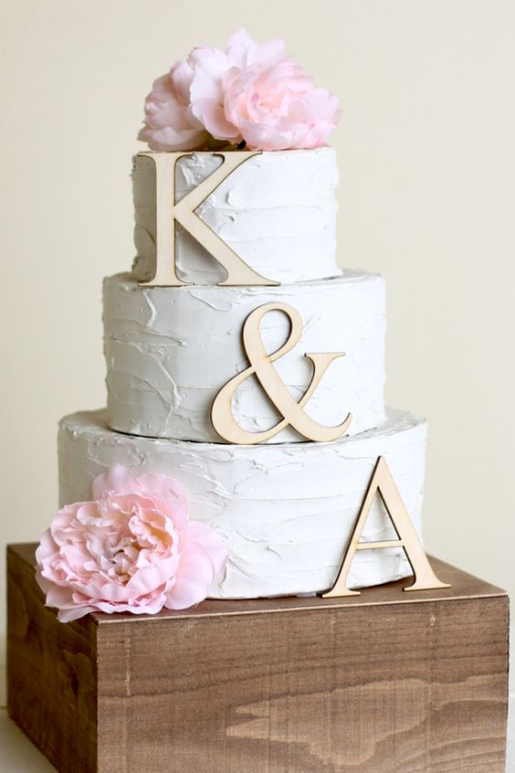 Highlight your entire cake with this natural wood three-piece cake topper.