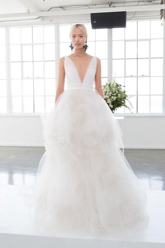 Vestido para novias de gala o ball gown con delicados detalles sobre la falda de tul de Marchesa.