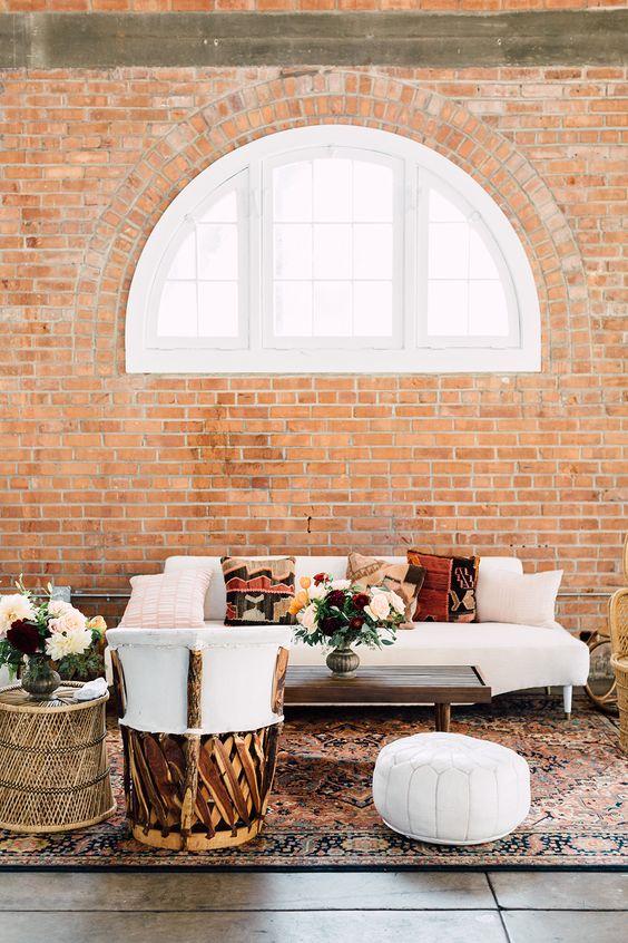 Boda industrial con un cálido living boho. Fotografía de bodas: Plum and Oak Photo.