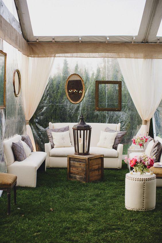 La planificadora de eventos Ivy Robinson reinventa la carpa como un gran salón, con pisos pulidos, arañas de cristal y rosas en abundancia.