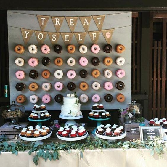Una pared cubierta de estas deliciosas y coloridas rosquillas para tu boda.