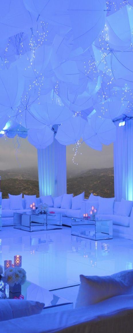 Decora tu salón de bodas con un lounge alrededor de la pista de baile. La iluminación le da esa tonalidad tan cool.