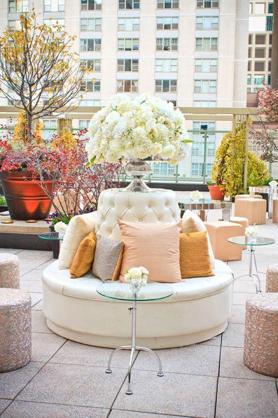 Un settee le da un look glam a tu decoración de bodas.