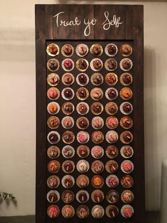 Una decoración de bodas original como pocas. Paredes de donuts en los colores de tu recepción. ;)