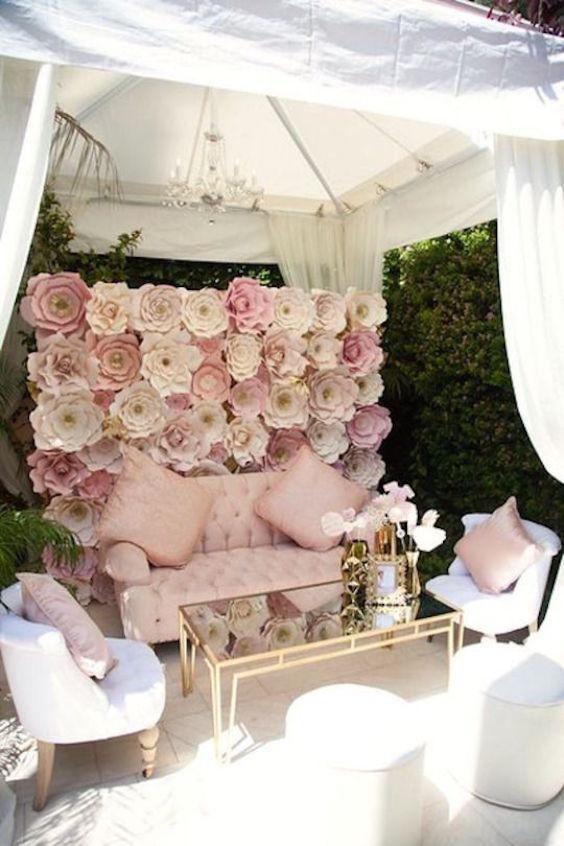 Preciosa idea para la decoración de bodas. Un lounge romántico cubierto con una carpa.