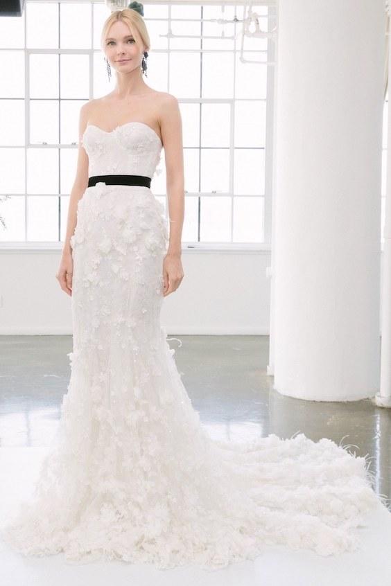 Elegante y delicado vestido de Marchesa ceñido al cuerpo con escote corazón, body tipo corset totalmente cubierto de encaje bordado.