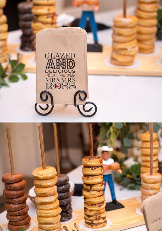 Adorables ideas para incorporar las donuts a tu boda. Deja que tus invitados se lleven algunas a casa y ahorra en recuerditos! Peterson Dumesnil House. Fotógrafa de bodas Samantha Laffon.