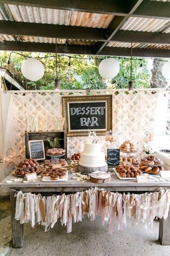 Agrega donuts a tu mesa de postres y no olvides los detalles como las pizarras, cartelitos y flecos de papel tissu. Fotografía: Leah Marie Photography.