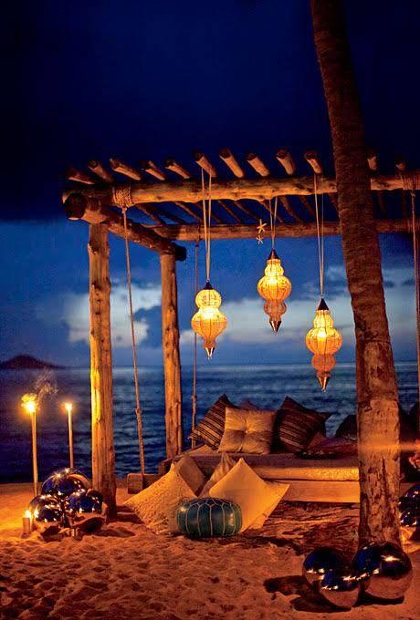Si me invitan a esta boda no puedo decir que no. Ideas de lounge para bodas en la playa.